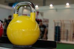 在健身房的黄色哑铃:重量健身设备 免版税库存照片