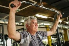 在健身房的活跃老人运作的锻炼 免版税图库摄影