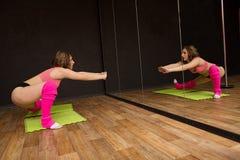 在健身房的年轻运动女孩火车 库存照片