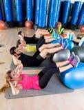 在健身房的Fitball咬嚼训练小组核心健身 库存图片