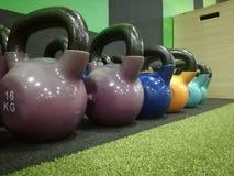 在健身房的Kattlebells 免版税库存照片