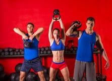 在健身房的Kettlebell摇摆锻炼训练小组 免版税库存照片