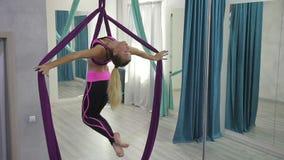 在健身房美丽的运动妇女做在空中丝绸的锻炼 股票录像
