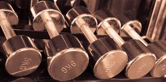 在健身房葡萄酒口气的Dumbells 免版税图库摄影