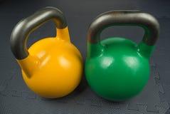 在健身房里面的两竞争kettlebells 免版税库存照片