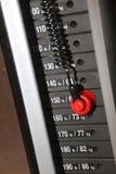 在健身房重量机器的焦点 库存照片