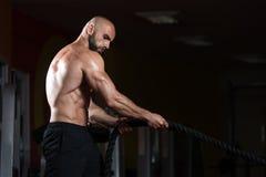 在健身房锻炼健身锻炼的健身作战的绳索 免版税库存照片