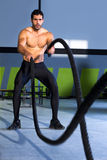 在健身房锻炼执行的Crossfit作战的绳索 库存图片