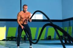 在健身房锻炼执行的Crossfit作战的绳索 免版税库存图片