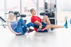 在健身房锻炼的健身夫妇 免版税库存照片