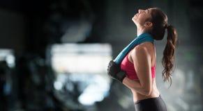 在健身房锻炼以后的妇女 库存照片