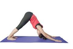 在健身时间瑜伽和exercisingl期间的年轻美丽的妇女, 库存照片
