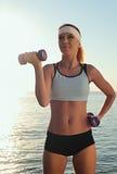 在健身期间的新美丽的妇女 免版税库存照片