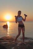 在健身期间的新美丽的妇女 免版税图库摄影