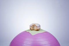 在健身球的多福饼 免版税库存照片
