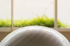 在健身的灰色球 免版税库存照片