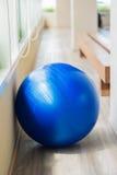 在健身的蓝色球 免版税库存图片