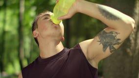 在健身训练以后的人饮用水 饮用的健身人水 股票录像