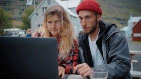 在偶然会议的两年轻自由职业者的millennials 股票视频