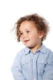 在偶然蓝色长的袖子的微笑的可爱的孩子 免版税库存图片