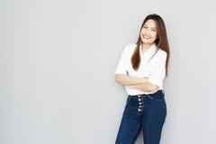 在偶然随员白色衬衣和蓝色je的Potrait亚洲夫人微笑 免版税图库摄影