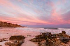 在偶象口岸Willunga海滩的明亮的日出在南澳大利亚 免版税库存照片