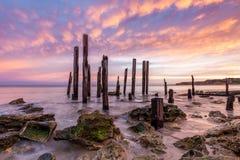 在偶象口岸Willunga跳船废墟的惊人的日出 库存照片