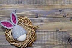 在储备金的复活节彩蛋在复活节兔子盖帽 库存图片