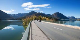 在储积湖,晴朗的早晨的著名sylvenstein桥梁 免版税库存照片
