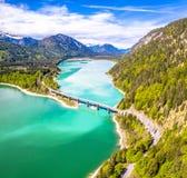 在储积湖Sylvenstein,上部巴伐利亚的令人惊讶的桥梁 r 5月,德国 免版税库存图片