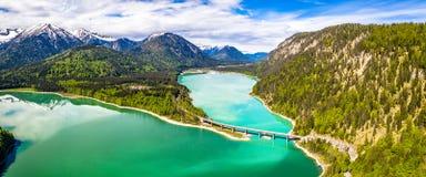 在储积湖Sylvenstein,上部巴伐利亚的令人惊讶的桥梁 r 5月,德国 免版税库存照片