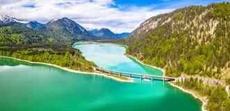 在储积湖Sylvenstein,上部巴伐利亚的令人惊讶的桥梁 r 5月,德国 库存照片