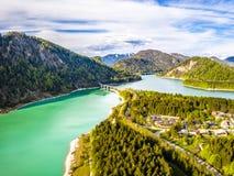 在储积湖Sylvenstein,上部巴伐利亚的令人惊讶的桥梁 r 5月,德国 库存图片