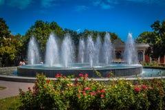 在傲德萨市歌剧和芭蕾舞团附近的喷泉 免版税库存照片