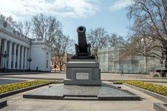 在傲德萨Primorsky大道的纪念碑大炮  图库摄影