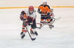 在儿童冰曲棍球队之间的比赛 免版税库存图片
