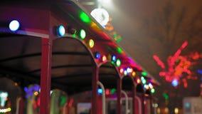 在儿童的列车车箱的闪动的假日光在夜公园 影视素材