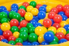 在儿童的游乐场的五颜六色的塑料球 库存照片