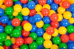 在儿童的游乐场的五颜六色的塑料球 免版税库存照片