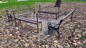 在儿童的游乐场的老被放弃的长凳 库存照片