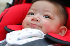 在儿童嘴的逗人喜爱的男婴愉快的嬉戏的泡影唾液口水 免版税图库摄影