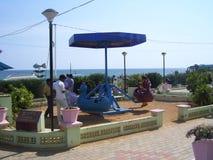 在儿童` s公园的科摩林角,泰米尔纳德邦,印度- 2008 10月7日,五颜六色的蓝色颜色摇摆 库存照片