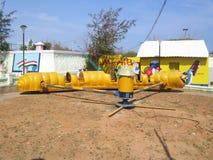 在儿童` s公园的科摩林角,泰米尔纳德邦,印度- 2008 10月7日,黄色颜色毛虫乘驾 图库摄影