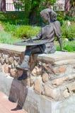 在儿童` s博物馆,波洛茨克,白俄罗斯附近雕刻有日规时钟的女孩 免版税库存照片