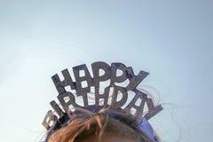 在儿童` s头的一张生日快乐卡片 库存例证