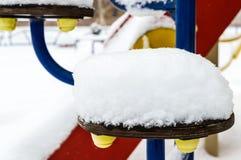 在儿童` s摇摆的雪盖帽 特写镜头 33c 1月横向俄国温度ural冬天 免版税图库摄影