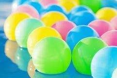 在儿童` s水池的多彩多姿的塑料浮球 免版税图库摄影