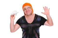 在儿童` s的成年男性编织了使用与纸飞机的帽子飞行员 人让一架纸飞机 免版税库存照片