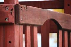 在儿童` s幻灯片的木曲拱 免版税图库摄影