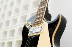 在充分一个白色背景零件白色和部分的黑吉他模型les保罗的孔 免版税库存图片